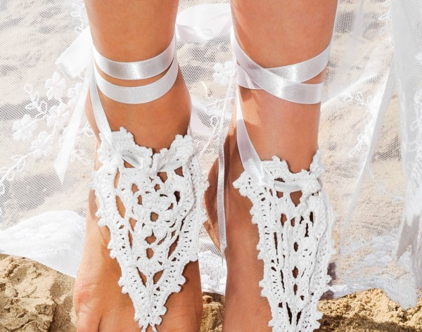 Sandals in white with satin ribbon